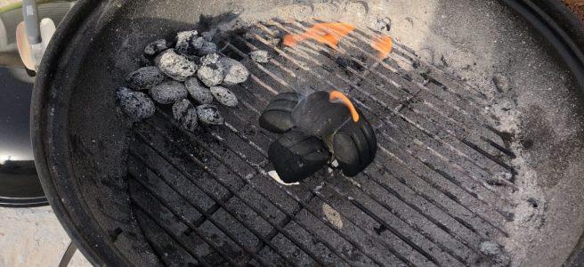 En grill av märket Weber med glödande kol i