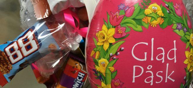 rosa påskägg fyllt med godis